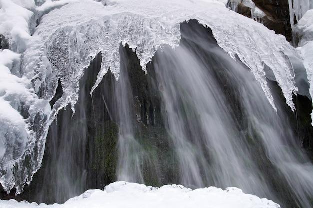 Paysage de montagne avec un ruisseau gelé