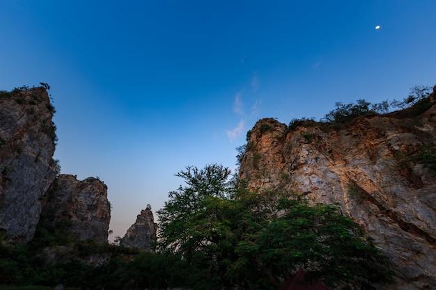 Paysage de montagne de serpent dans la province de ratchaburi en thaïlande (en thaïlande, nous appelons khao hin ngoo)