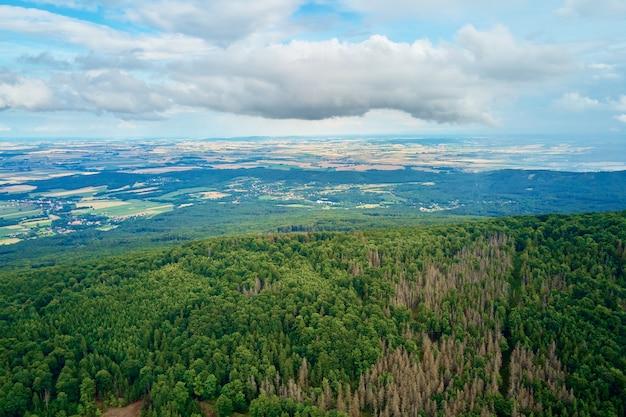 Paysage de montagne de sleza. vue aérienne des montagnes avec forêt.
