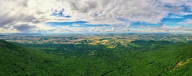 Paysage Avec Montagnes, Champs Verts Et Village De Campagne, Vue Aérienne Photo Premium