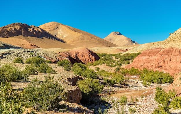 Paysage des montagnes du haut atlas entre ait ben ali et bou tharar - maroc, afrique du nord