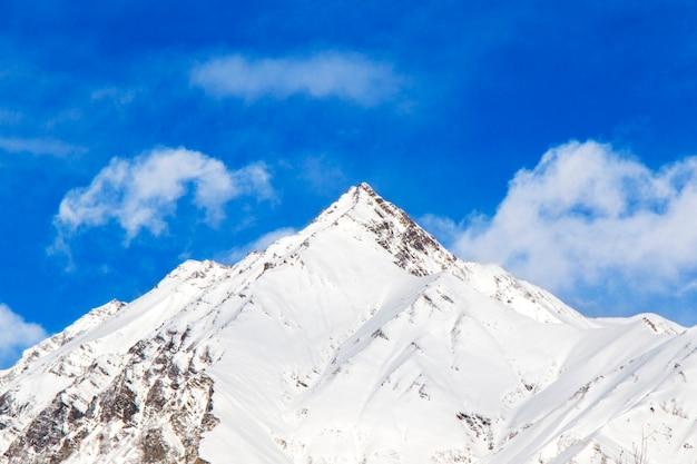 Paysage de montagnes enneigées à gudauri, géorgie. journée ensoleillée.