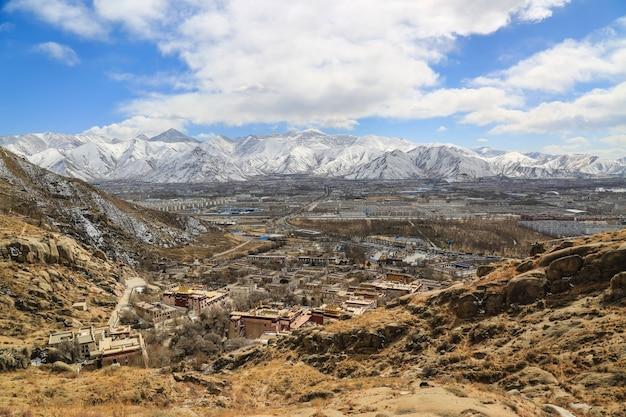 Paysage avec montagnes enneigées