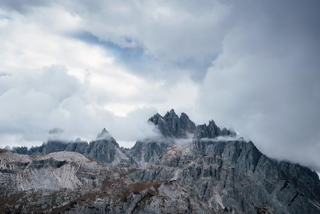 Paysage de montagnes entouré de brouillard et de nuages.
