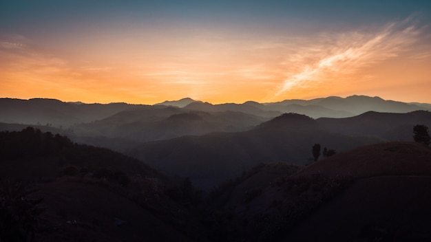 Paysage de montagnes forestières au coucher du soleil