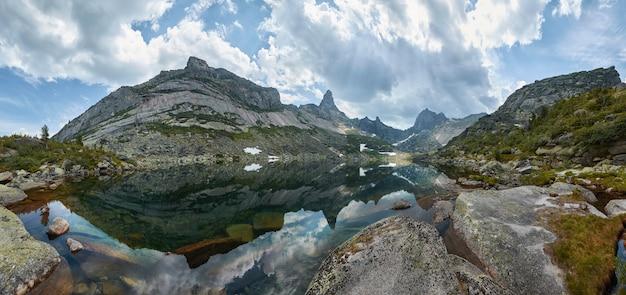 Paysage de montagnes et de lacs
