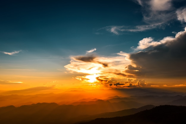 Paysage de montagnes majestueuses dans le ciel coucher de soleil avec des nuages, chiang mai, thaïlande