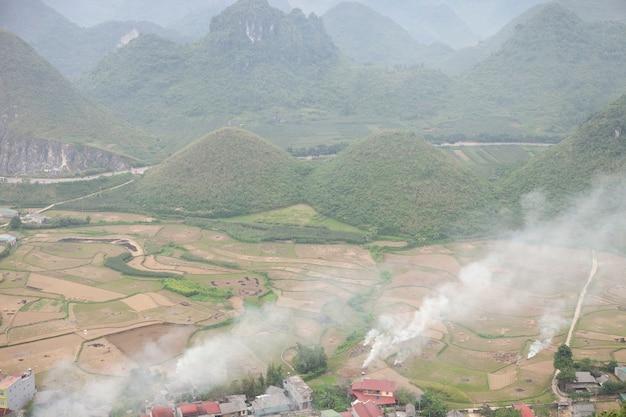 Paysage de montagnes majestueuses à ha giang, vietnam