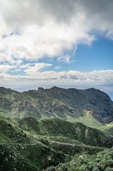 Paysage de montagnes et de nuages sur l'île de tenerife, canyon masca.