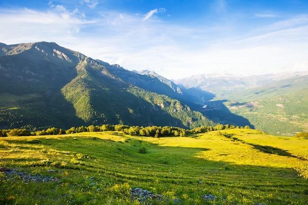 Le paysage des montagnes passe. aragon