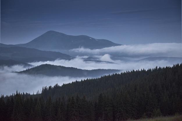 Paysage de montagnes pittoresques après la pluie. carpates d'ukraine.