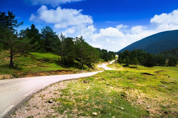 Paysage de montagnes avec route