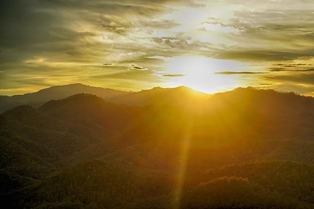 Le paysage de montagnes et le soleil couchant nommé phu chi fa dans la province de chiang rai