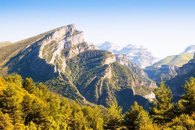 Paysage des montagnes avec le sommet de mondoto