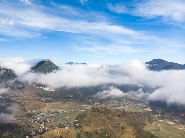 Paysage de montagnes vertes de sapa avec ciel nuageux. viêt nam.