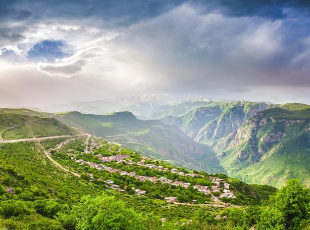 Paysage avec des montagnes vertes