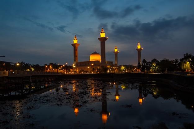 Paysage de la mosquée de réflexion avant le lever du soleil