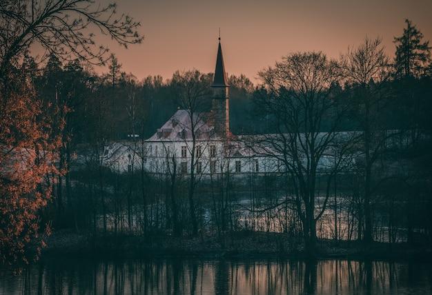 Paysage mystique du soir avec un ancien château. gatchina. russie.