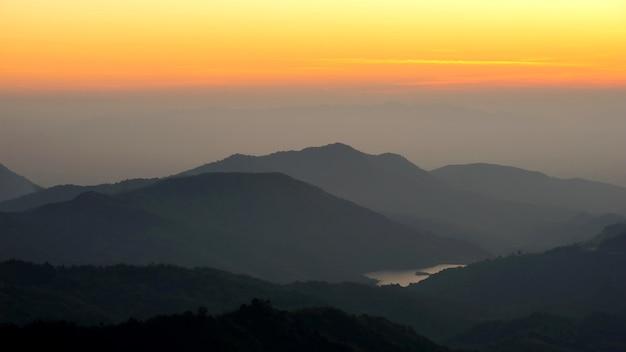 Paysage nature magnifique lever de soleil au sommet de la montagne de la thaïlande