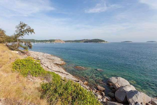Paysage nature paysage vue de la belle mer tropicale avec vue sur la côte de la mer en saison estivale.