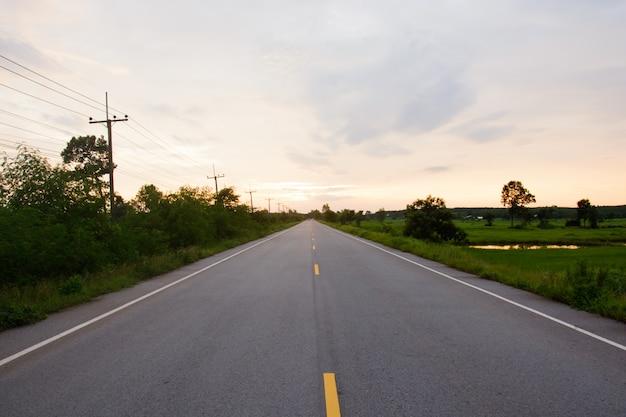 Paysage de nature vide route et ciel au coucher du soleil