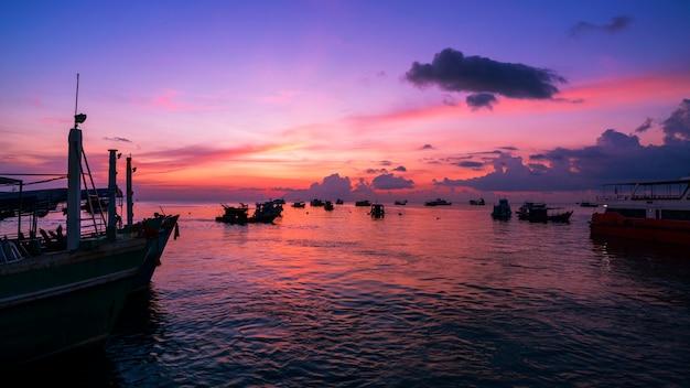 Paysage nature vue, beau lever ou coucher de soleil sur la mer