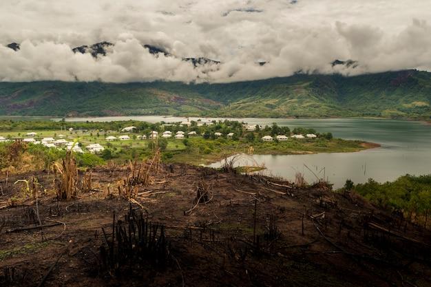 Paysage naturel avec le lac et sous les nuages, lac du site du barrage
