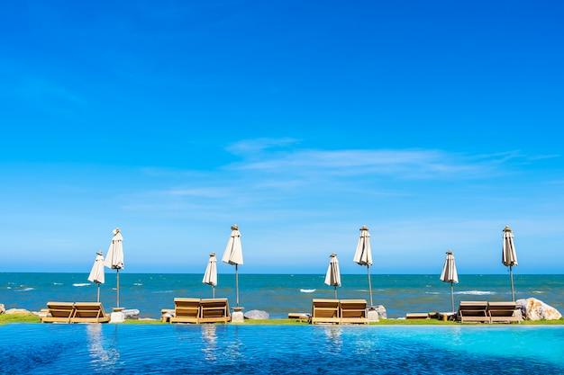 Paysage naturel en plein air avec une chaise longue autour de la piscine dans le complexe hôtelier