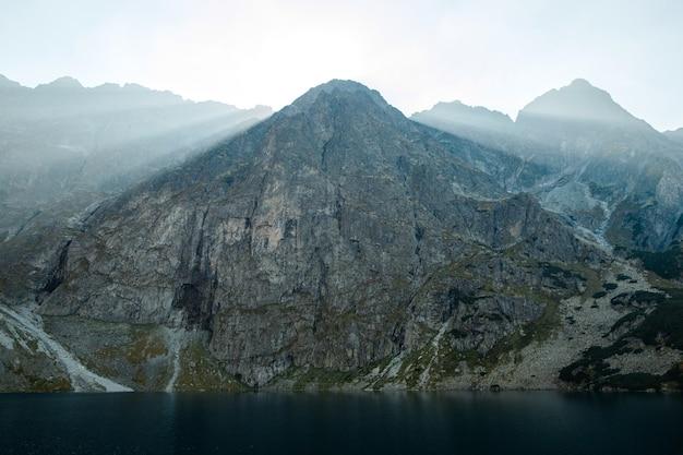Paysage naturel des puissantes montagnes rocheuses du parc national des tatras en pologne