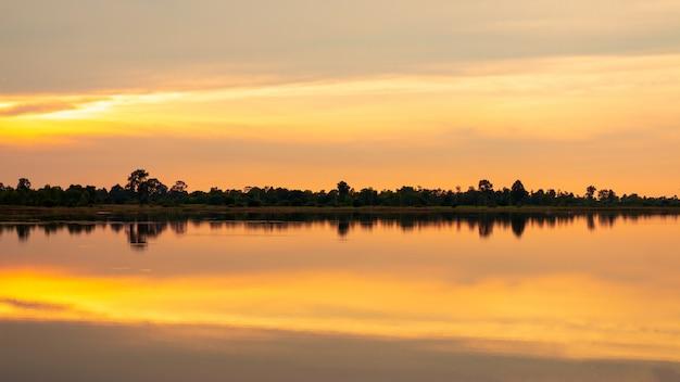 Paysage naturel. reflet du lac en soirée avec ciel dramatique