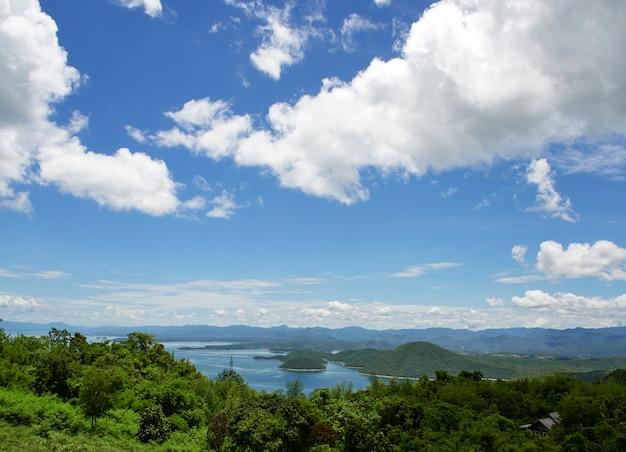 Paysage naturel de rivière, nuages de ciel.