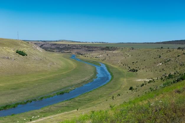 Paysage naturel de la rivière raut en moldavie.