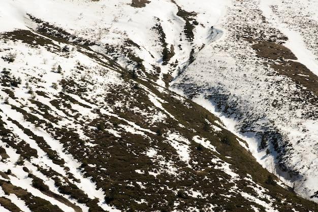 Paysage de neige fondante dans les montagnes.