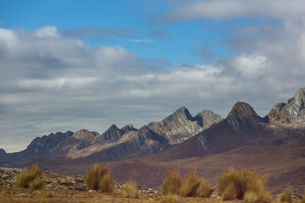 Paysage de neige de haute montagne dans les andes, près de huaraz, pérou