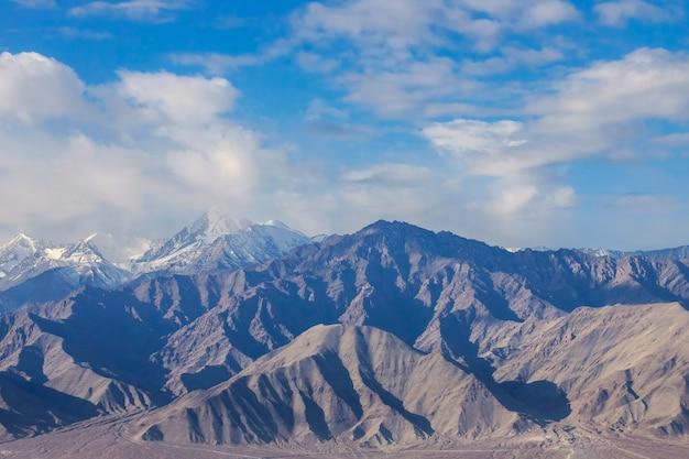 Paysage de neige et nuageux sur la chaîne de montagnes de l'himalaya, leh ladakh, partie nord de l'inde