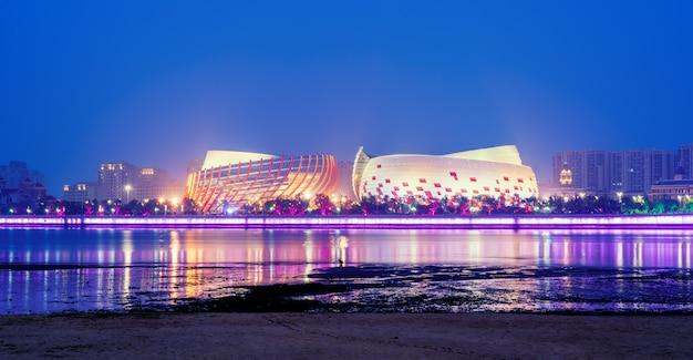 Paysage nocturne de l'architecture urbaine le long de la ligne côtière de qingdao