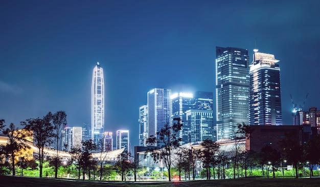 Paysage nocturne de l'architecture urbaine moderne