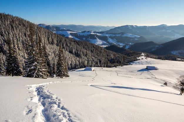 Paysage de noël d'hiver de la vallée de la montagne par une journée ensoleillée glaciale.