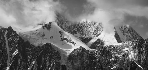 Paysage noir et blanc, sommets enneigés, voyage dans les montagnes, escalade