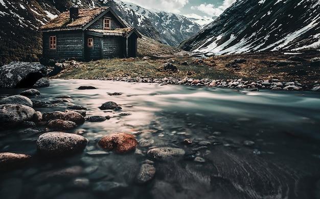 Paysage nordique. maison à la montagne