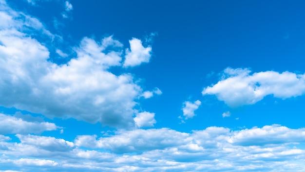 Paysage nuages blancs sur un ciel bleu