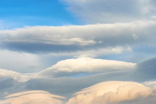 Paysage avec des nuages lenticulaires au coucher du soleil ciel bleu