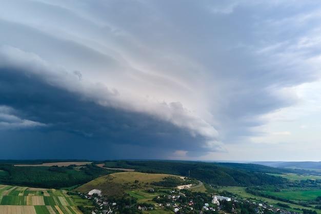 Paysage de nuages sombres se formant sur un ciel orageux pendant un orage au-dessus de la zone rurale.