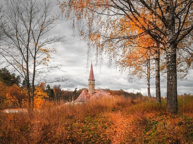 Paysage nuageux d'automne lumineux avec des arbres dorés et vieux palais. gatchina. russie.