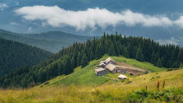 Paysage nuageux dans les montagnes verdoyantes