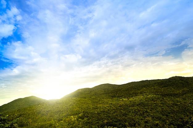 Le paysage nuageux de la montagne et du ciel au district de chiang mai en thaïlande.