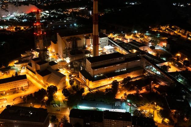 Paysage de nuit de centrale électrique industrielle avec vue aérienne de lumières