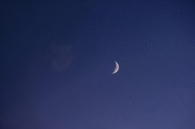 Paysage de nuit, ciel étoilé bleu foncé, vue sur la lune brillante