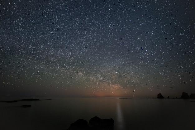 Paysage de nuit sur la côte des escullos. parc naturel de cabo de gata. espagne.