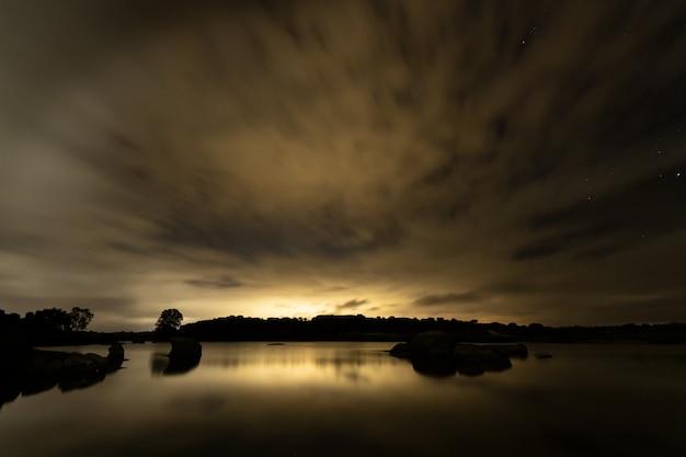 Paysage de nuit dans la zone naturelle de barruecos. estrémadure. espagne.